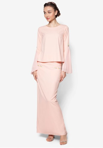 Side Pleats Sleeve Kurung from Lubna in Pink